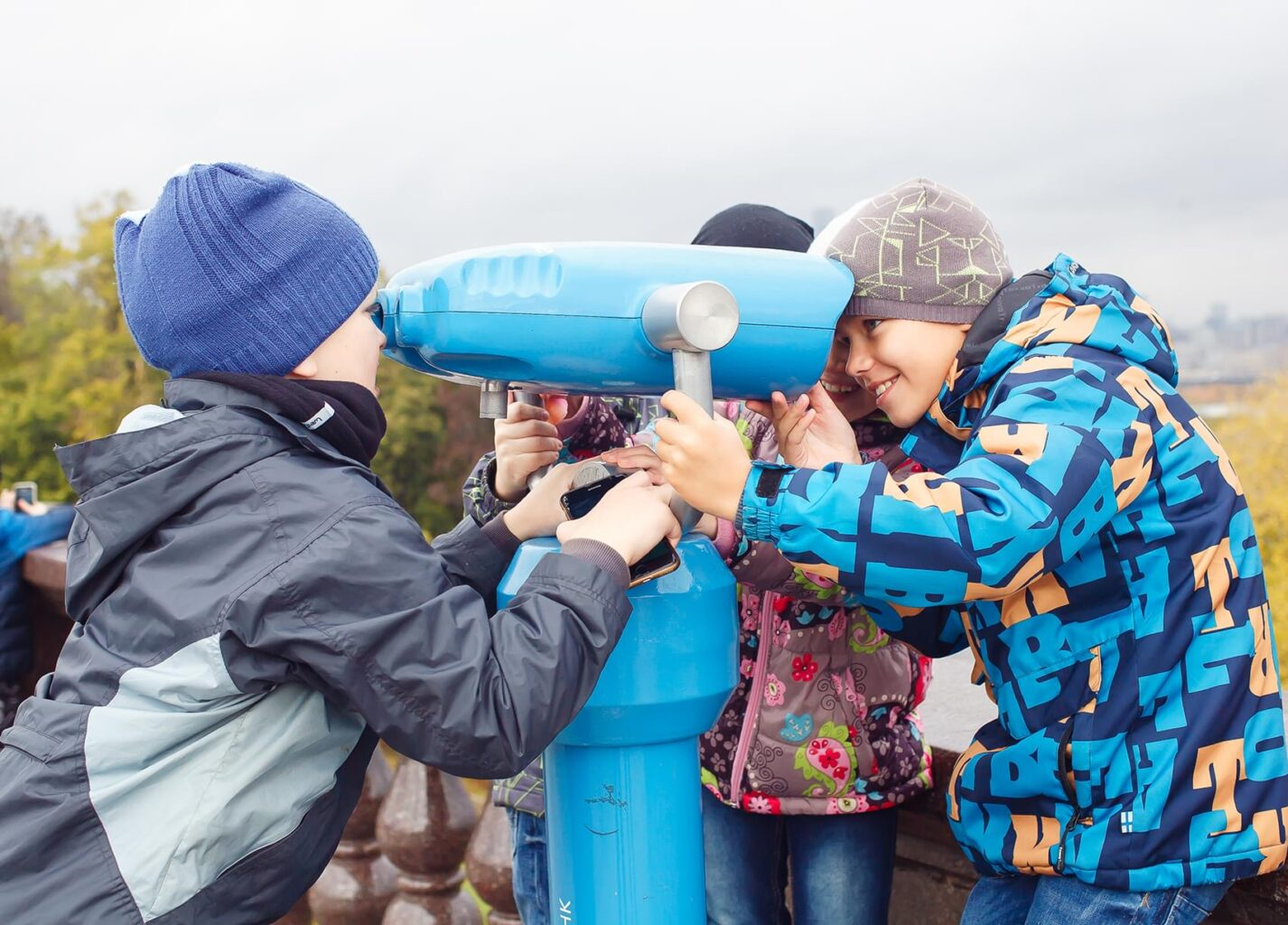 """Школьники балуются на Воробьевых горах на экскурсии """"Посвящение в москвичи"""" от экскурсионного бюро """"Captour"""""""