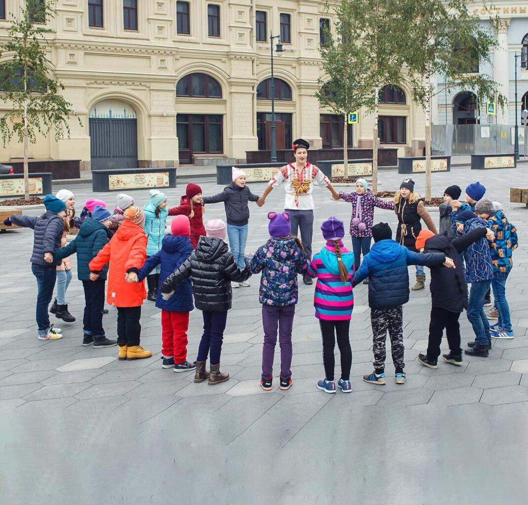 """Школьники играют с аниматором на экскурсии от Экскурсионного бюро """"Captour"""""""