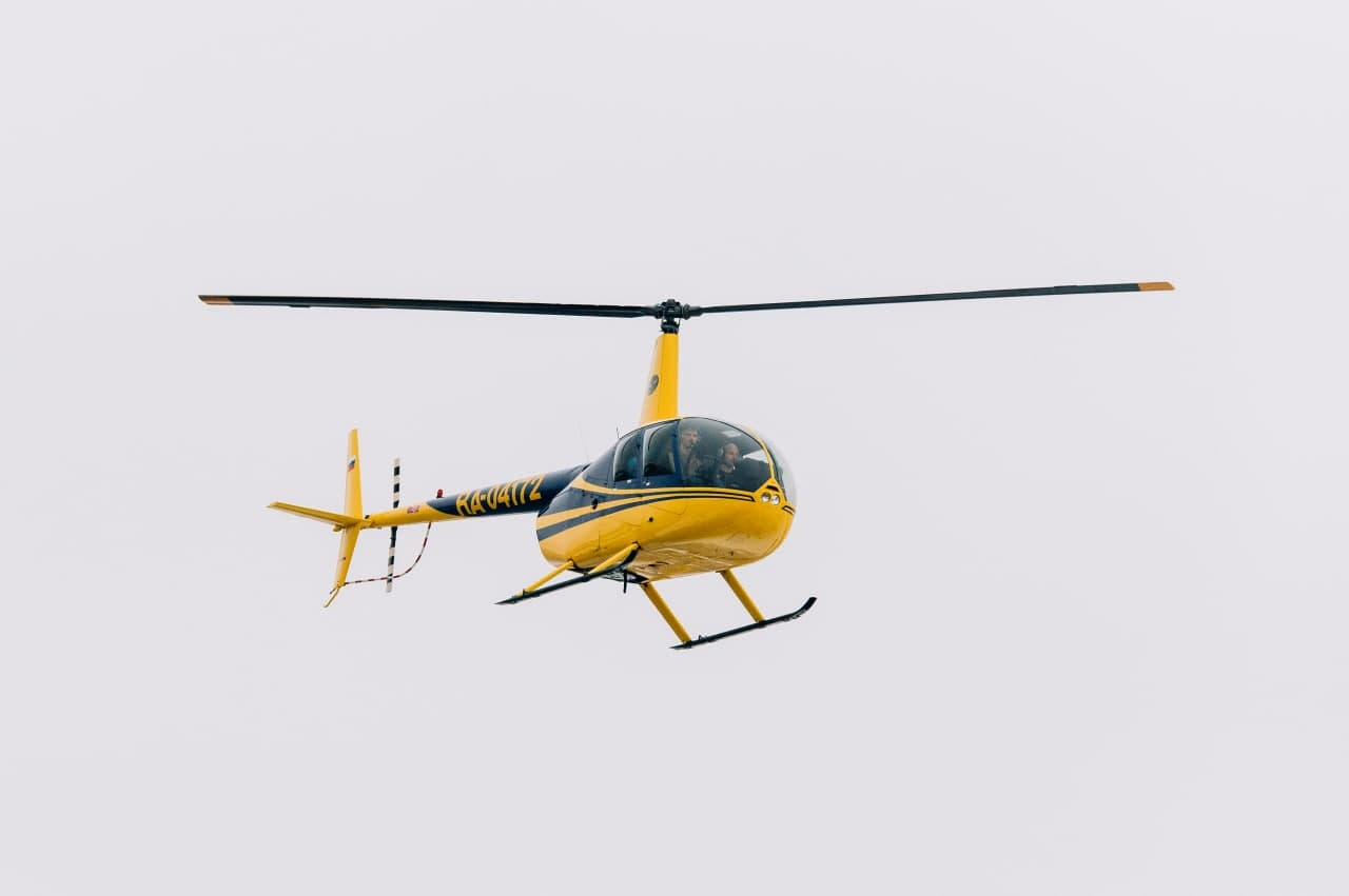 """Вертолёт Robinson R44 в небе от компании """"Captour"""""""