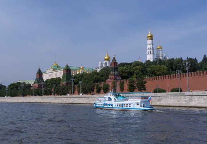 """Теплоход на фоне Кремля на туре от Экскурсионного бюро """"Captour"""""""