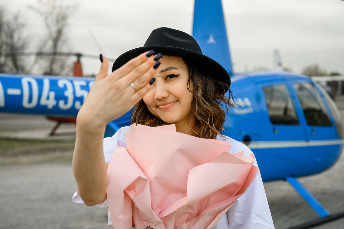 "Девушка на фоне вертолета после полета от компании ""Captour"""