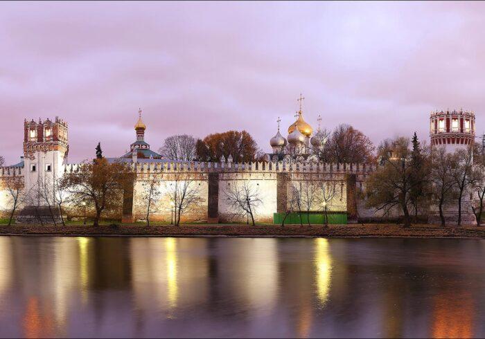 Фото Новодевичьего монастыря с берега на экскурсии