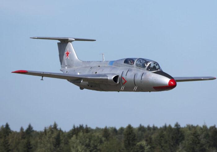 Истребитель Л-29 в небе