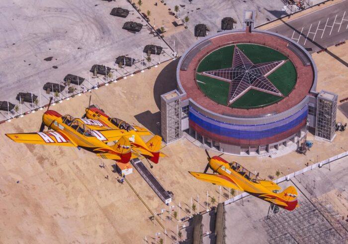 """Желтые самолеты на фоне парка """"Патриот"""" на вертолетной прогулке от экскурсионного бюро """"Captour"""""""