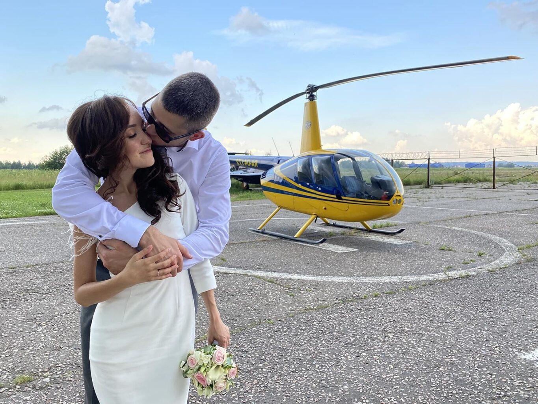 """Фотосессия после помолвки на фоне вертолета от компании """"Captour"""""""