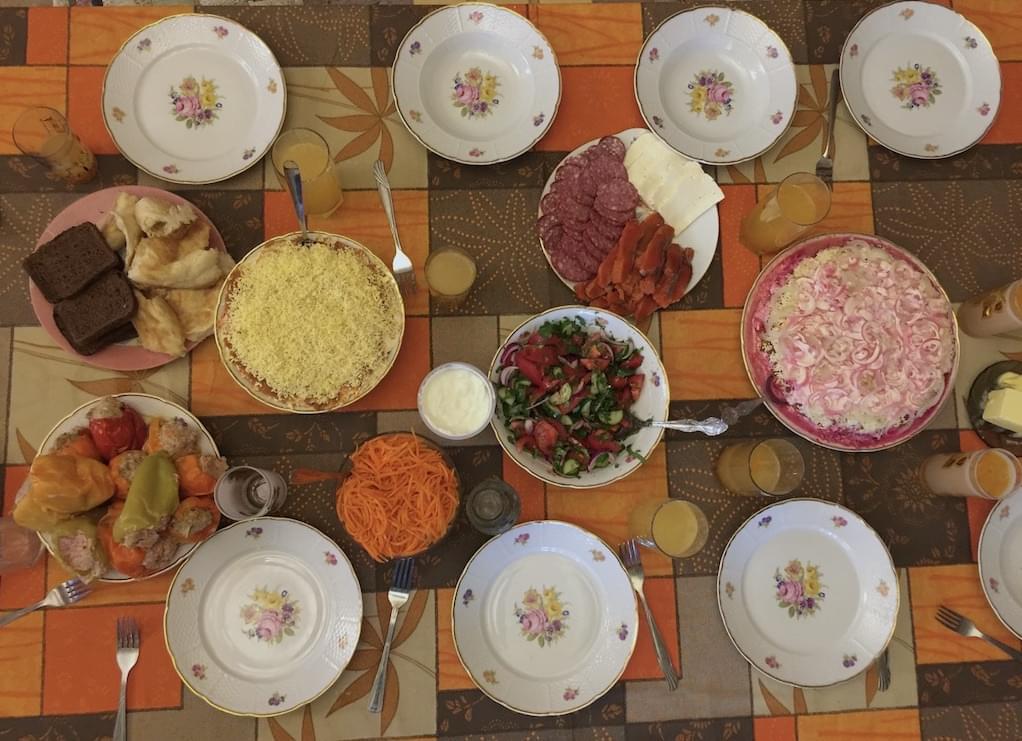 """Стол с приготовленной едой на экскурсии для иностранцев - Тур на дачу от Экскурсионного бюро """"Captour"""""""
