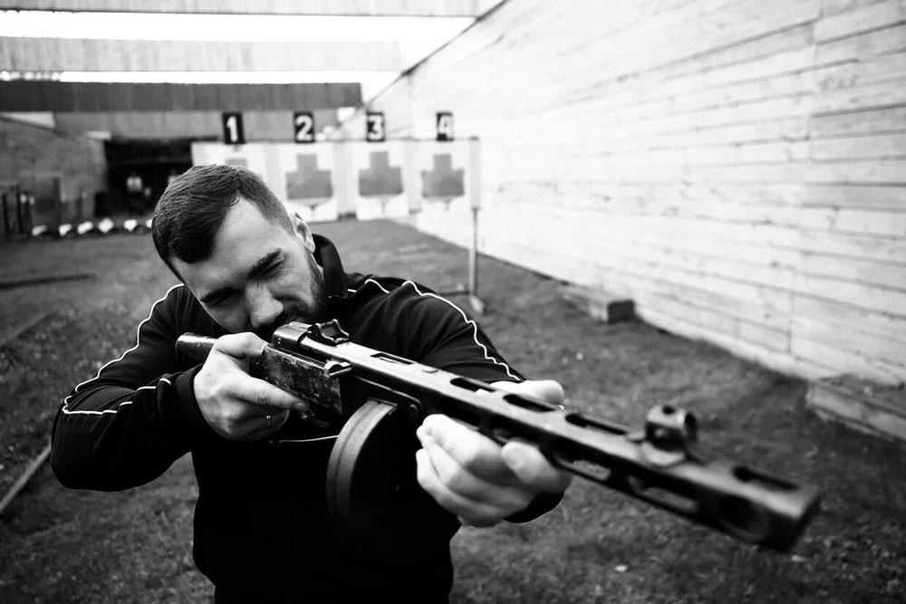 """Мужчина стреляет из пулемета Дегтярева на программе от компании """"Captour"""""""