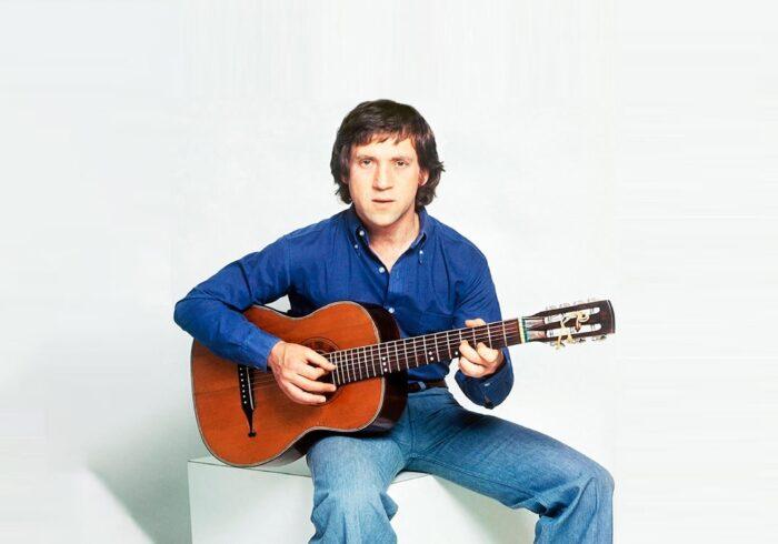 Фотография Владимира Высоцкого с гитарой