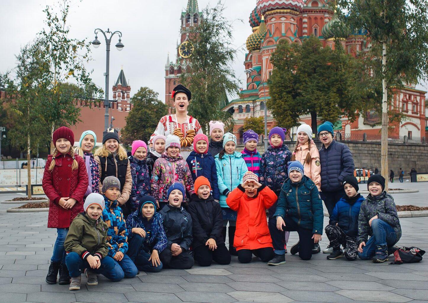 Групповое фото детей на фоне Храма Василия Блаженного с экскурсии
