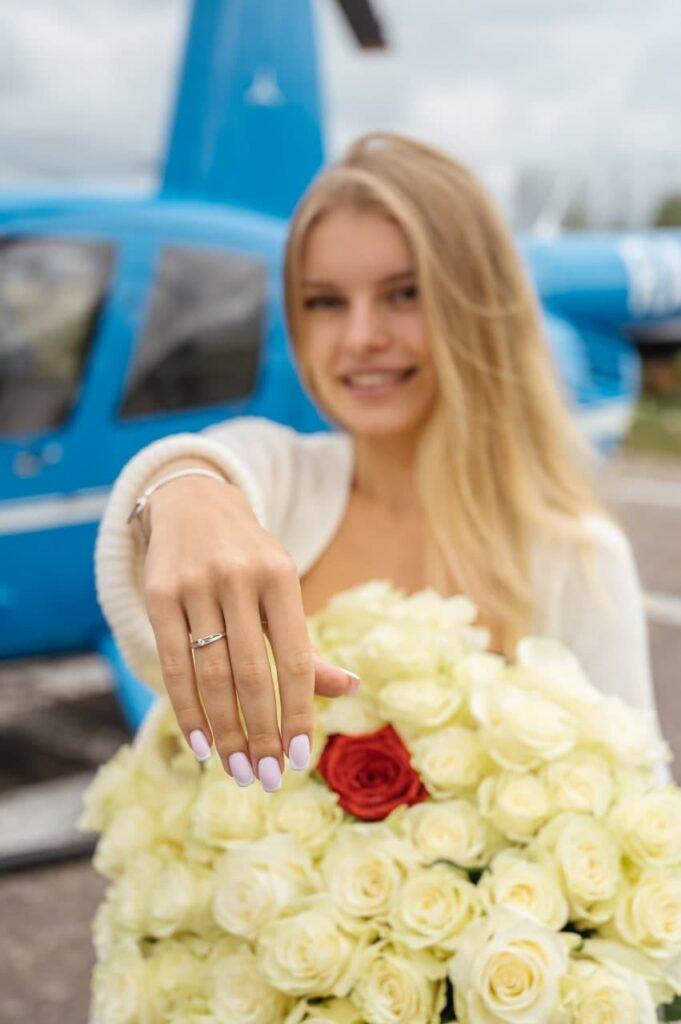 """Девушка с кольцом после полета с предложением от компании """"Captour"""""""