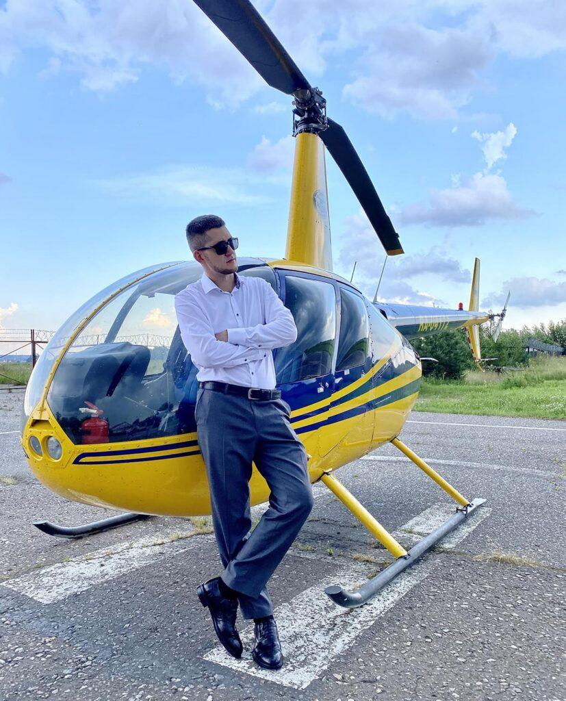 """Фотосессия возле вертолета после полета от компании """"Captour"""""""