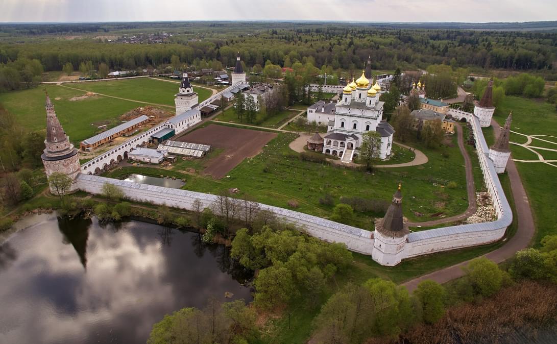 Иосифо-Волоцкий монастырь с высоты на вертолётном туре