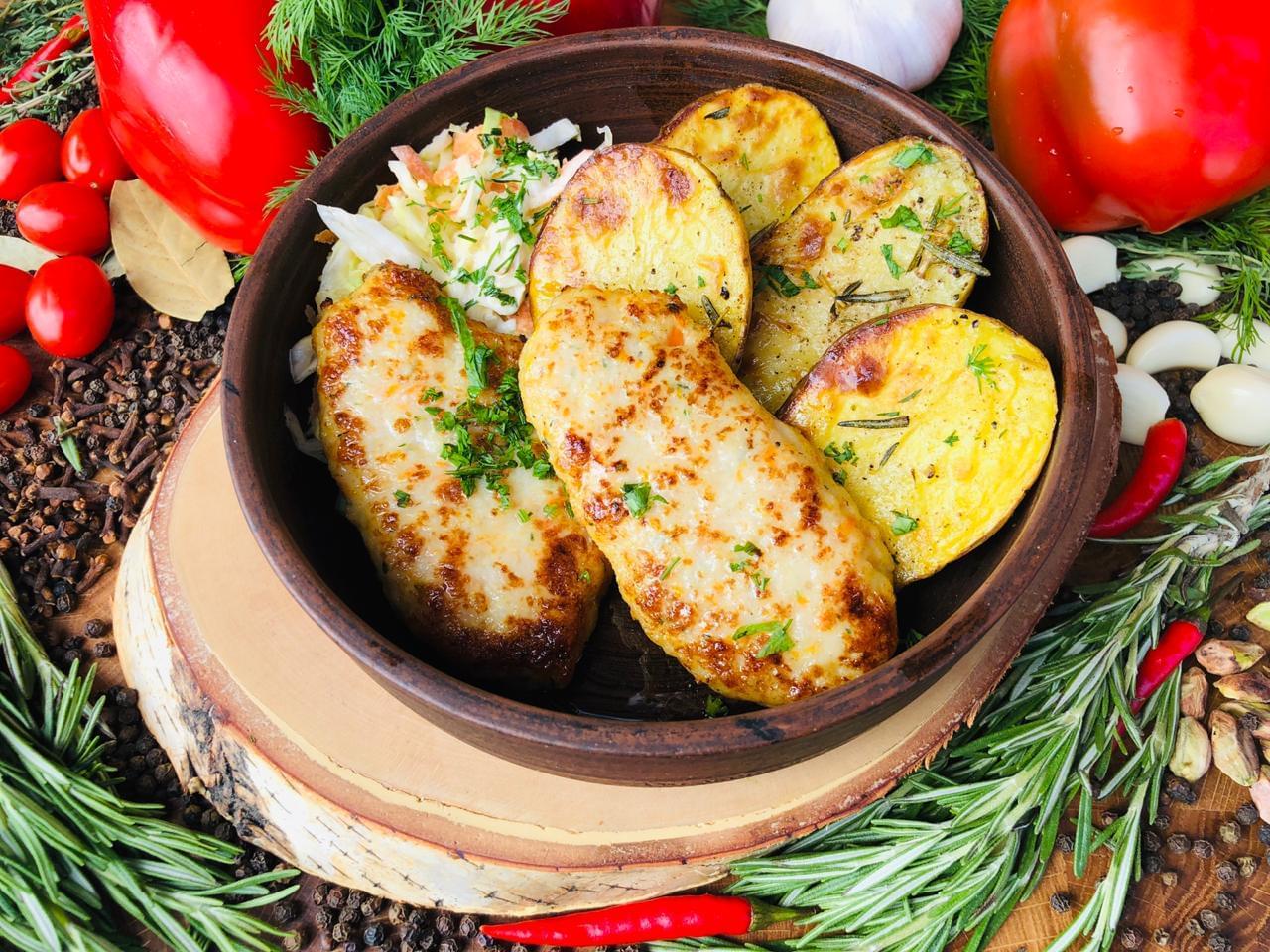 Картошка с котлетами для иностранцев в Трапезной на экскурсии от Экскурсионного бюро Captour
