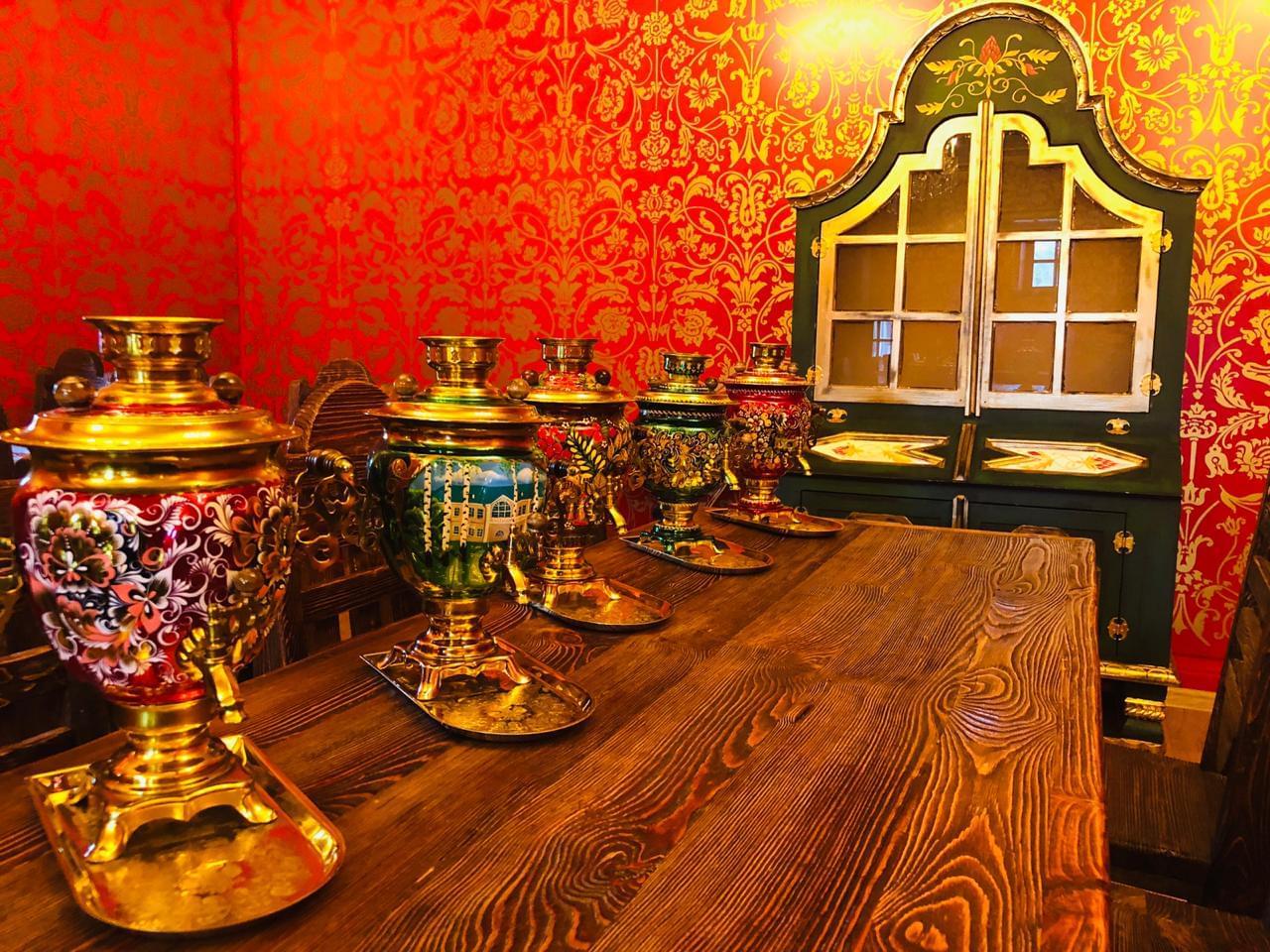 Самовары на столе в  Царском зале трапезной в Коломенском