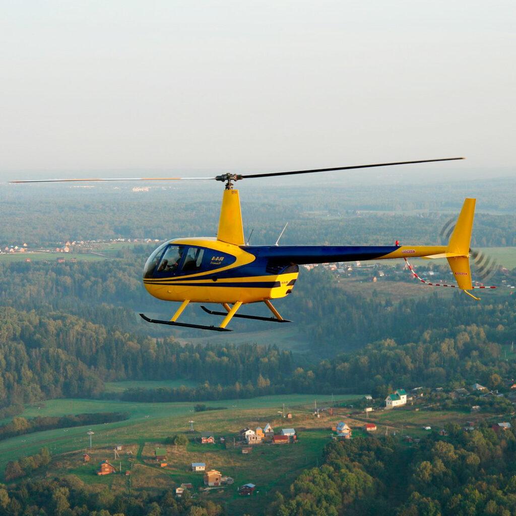 """Вертолет Robinson R44 в небе в полёте от компании """"Captour"""""""