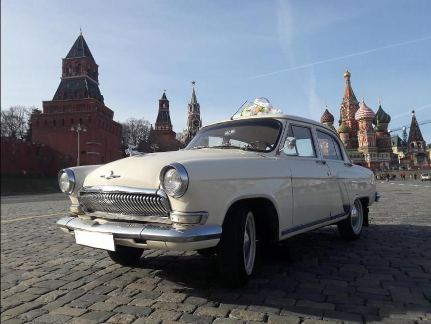"""Белый ГАЗ-21 для экскурсии от компании """"Captour"""""""