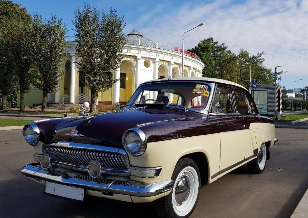 Бордовый ГАЗ-21 для экскурсии по Москве на ретро-авто