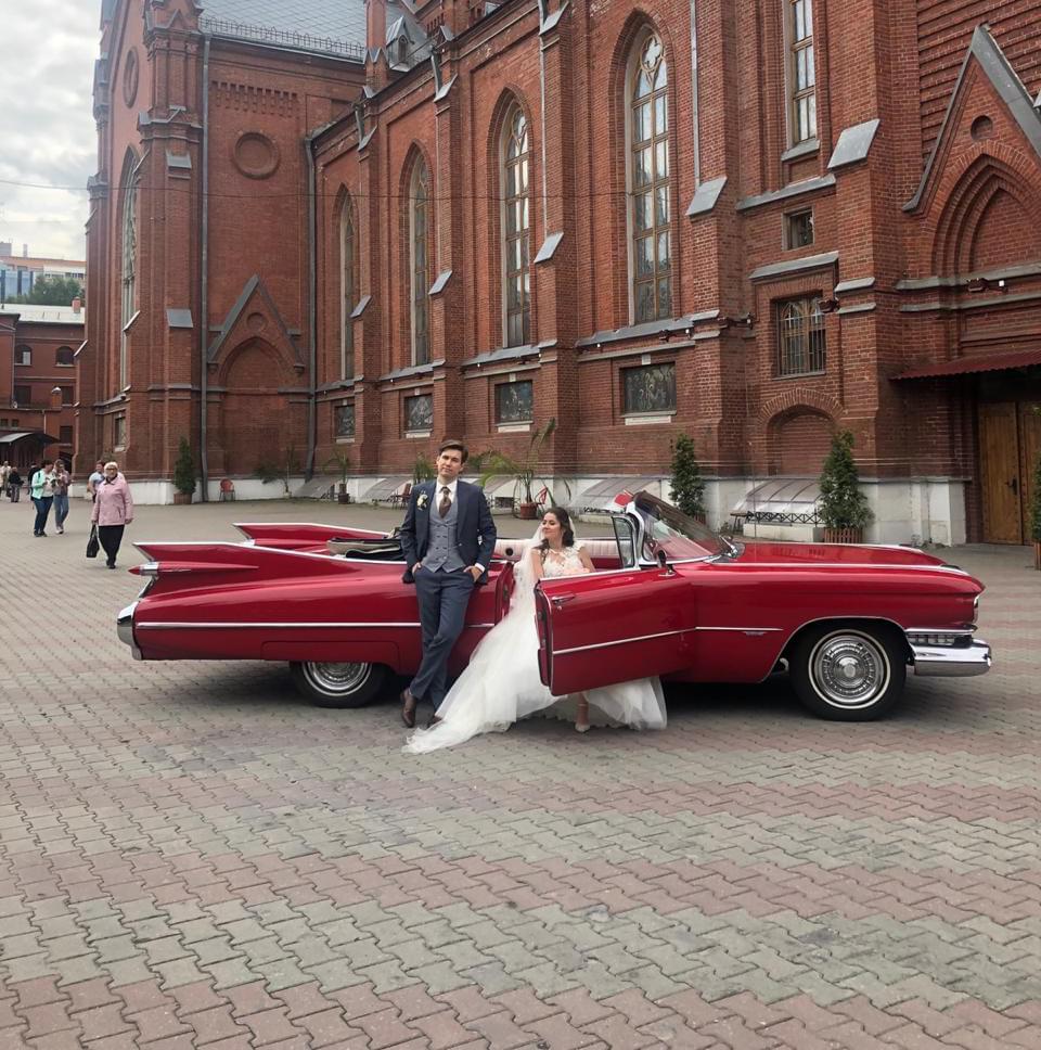 Красный кабриолет на свадебной фотосессии