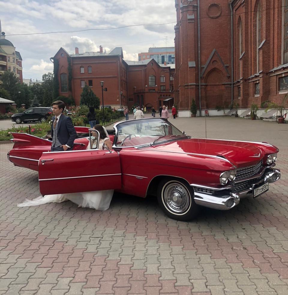 Красный кабриолет на свадьбе