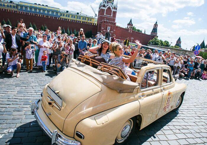 Ретро-авто с девушками на Красной площади