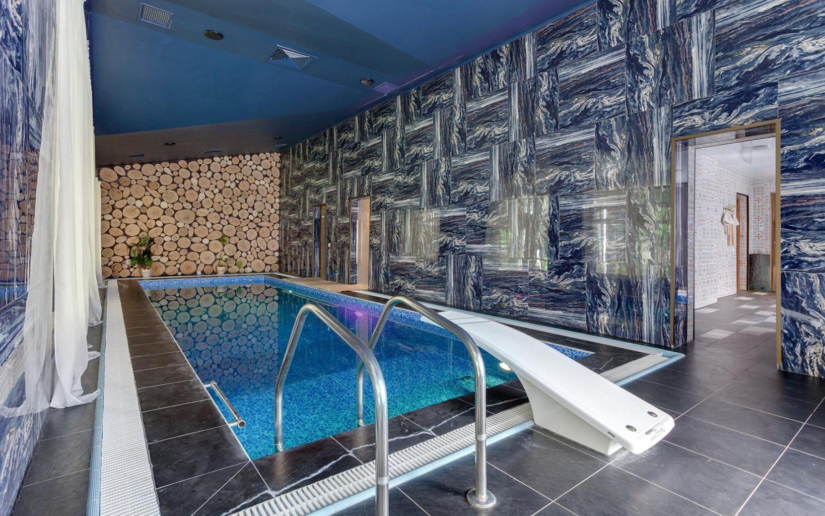 Большой бассейн в СПА-клубе Андреевские бани
