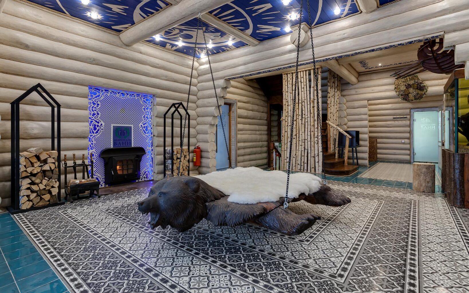 Качели в виде медведя в СПА-клубе Андреевские бани