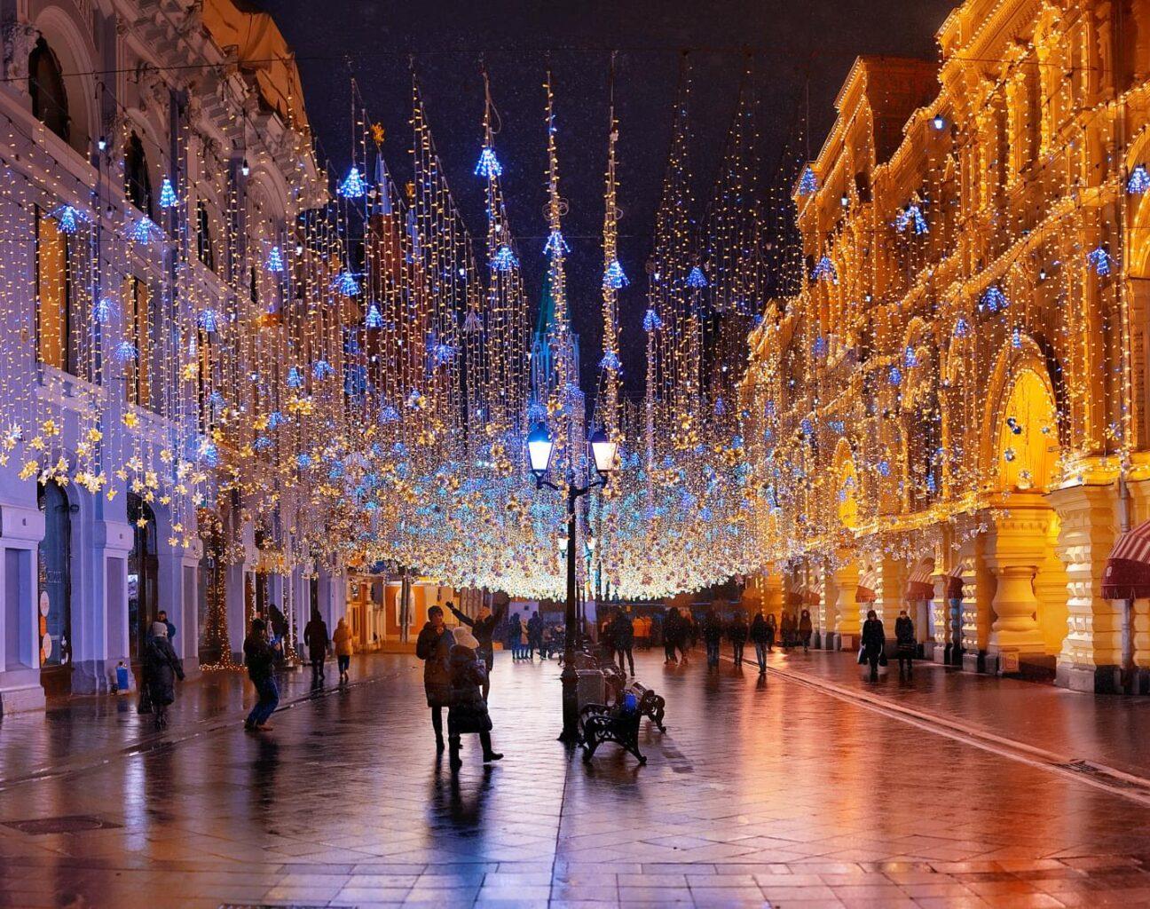 Украшенная к Новому году Никольская улица