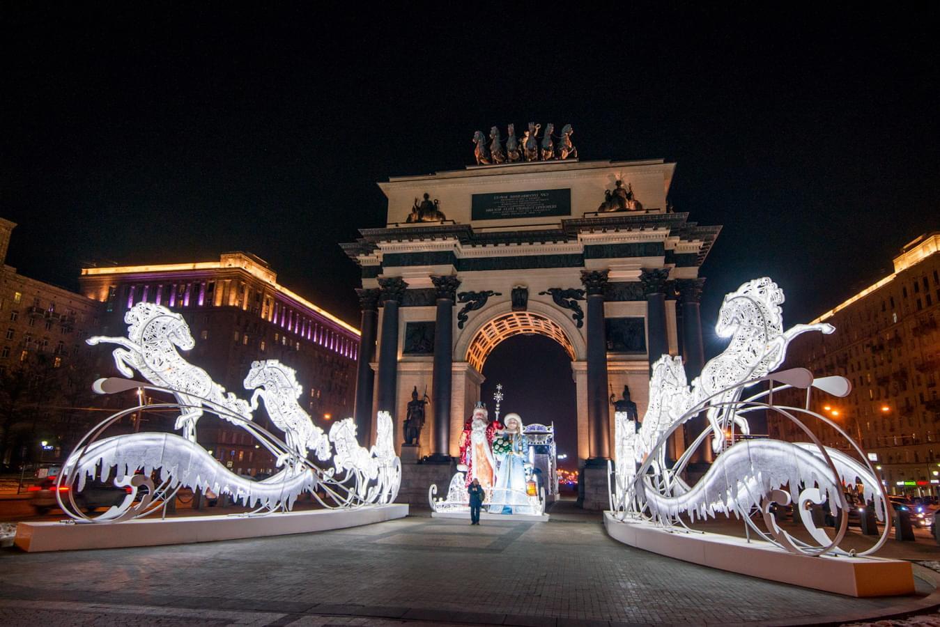 Триумфальные ворота, украшенные к Новому году