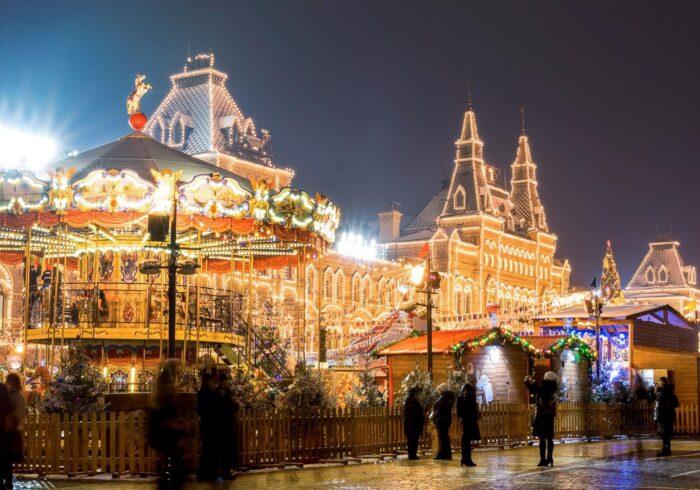 Украшенная и красивая Красная площадь в Новый год вечером