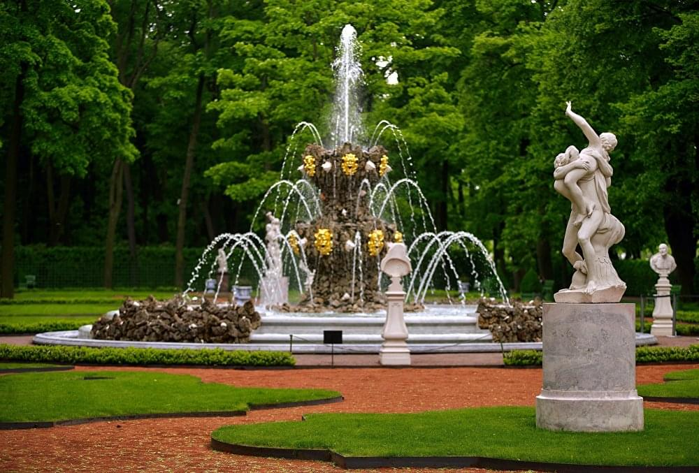 Фонтан зелень и статуи в Летнем саду Экскурсионное бюро «Captour»