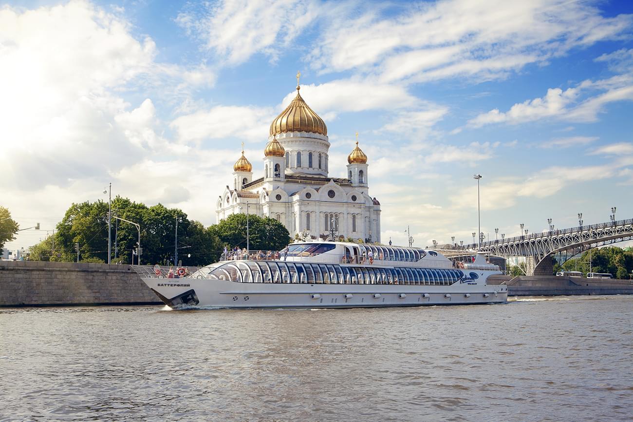 """Яхта Radisson на фоне Храма Христа Спасителя на экскурсии от компании """"Captour"""""""