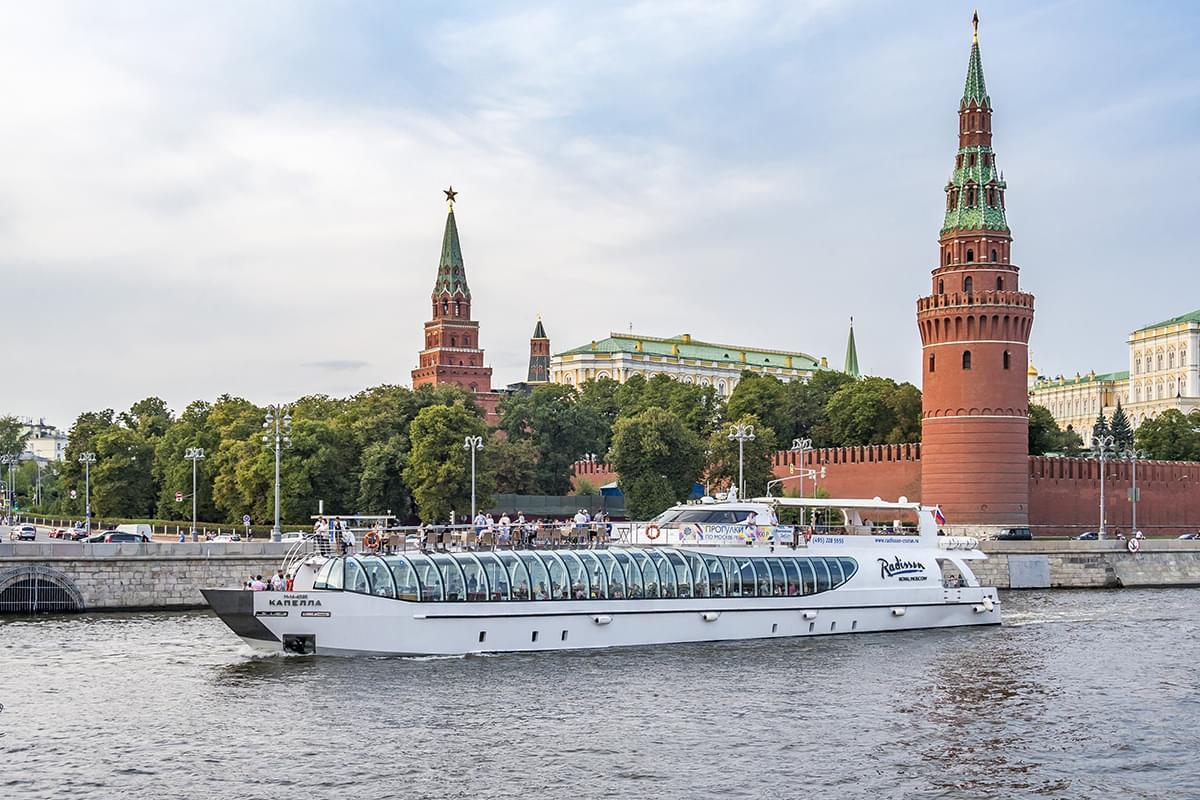 """Яхта Radisson на фоне Красной площади на экскурсии от Экскурсионного бюро """"Captour"""""""