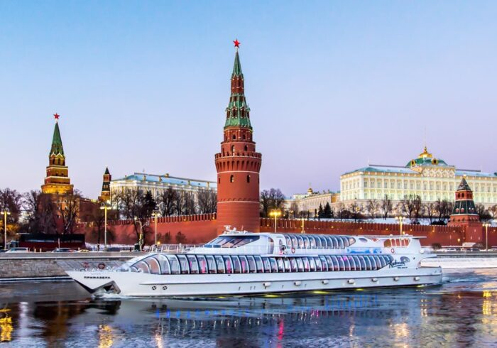Яхта Radisson вечером на фоне Красной площади на экскурсии