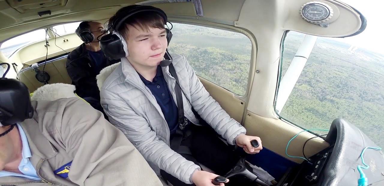 """Пассажир за штурвалом самолета на полете от компании """"Captour"""""""