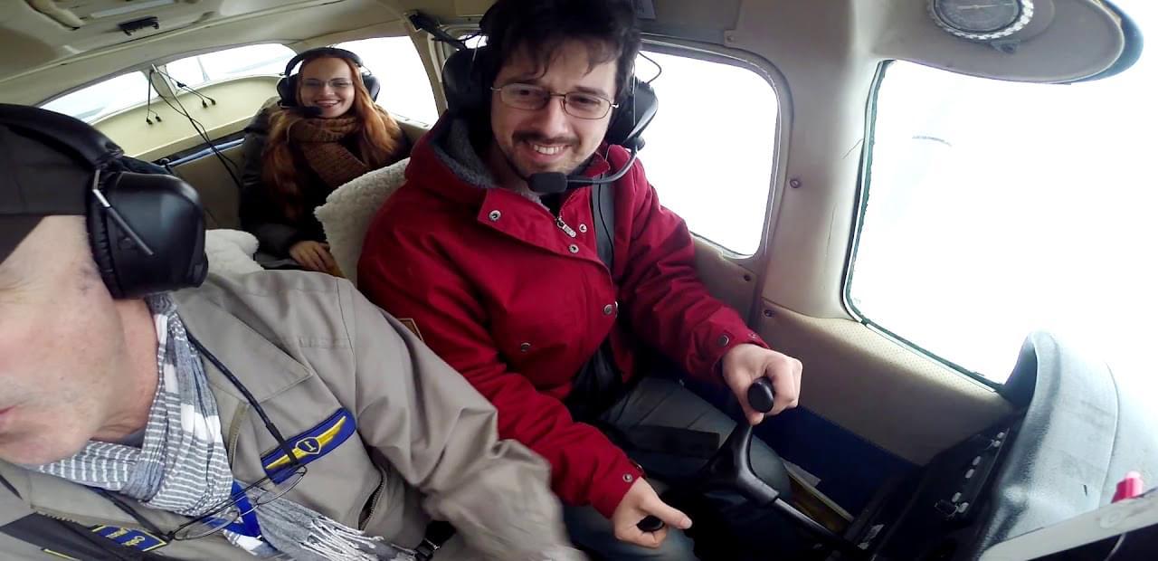 """Пассажир за штурвалом самолета Cessna 172 на полете от компании """"Captour"""""""