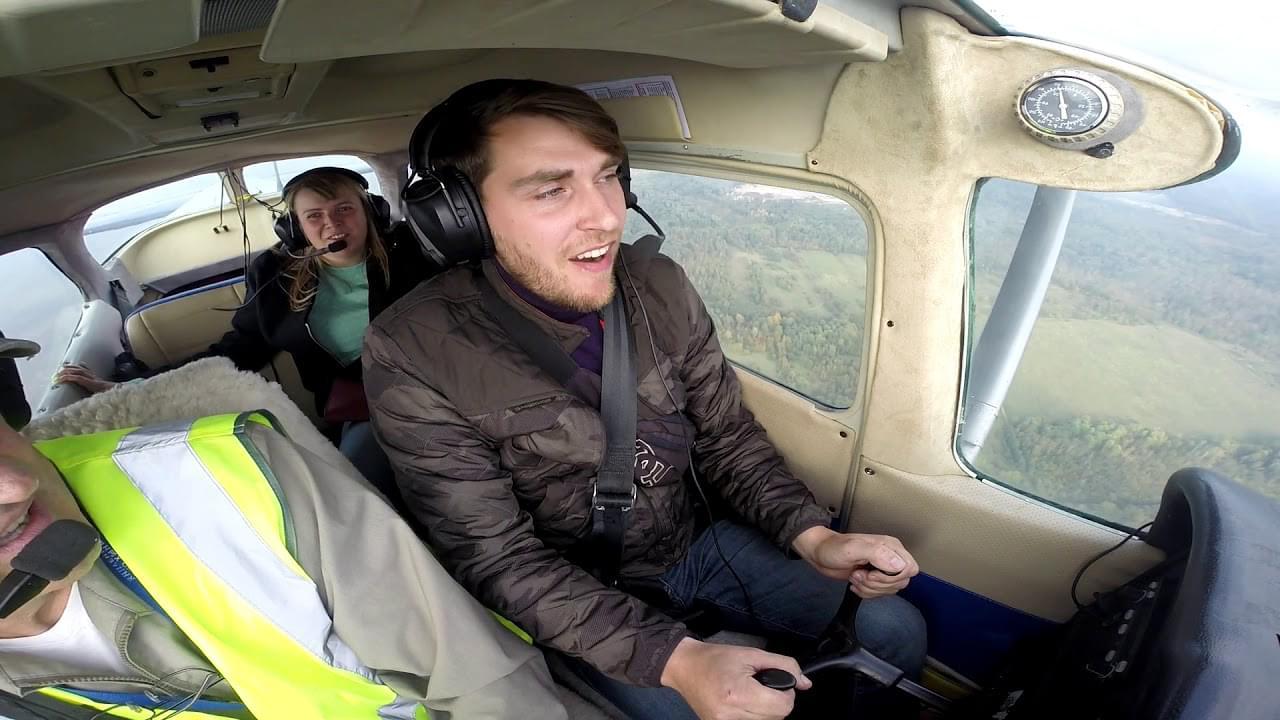 """Пассажир управляет самолетом Cessna 172 от компании """"Captour"""""""