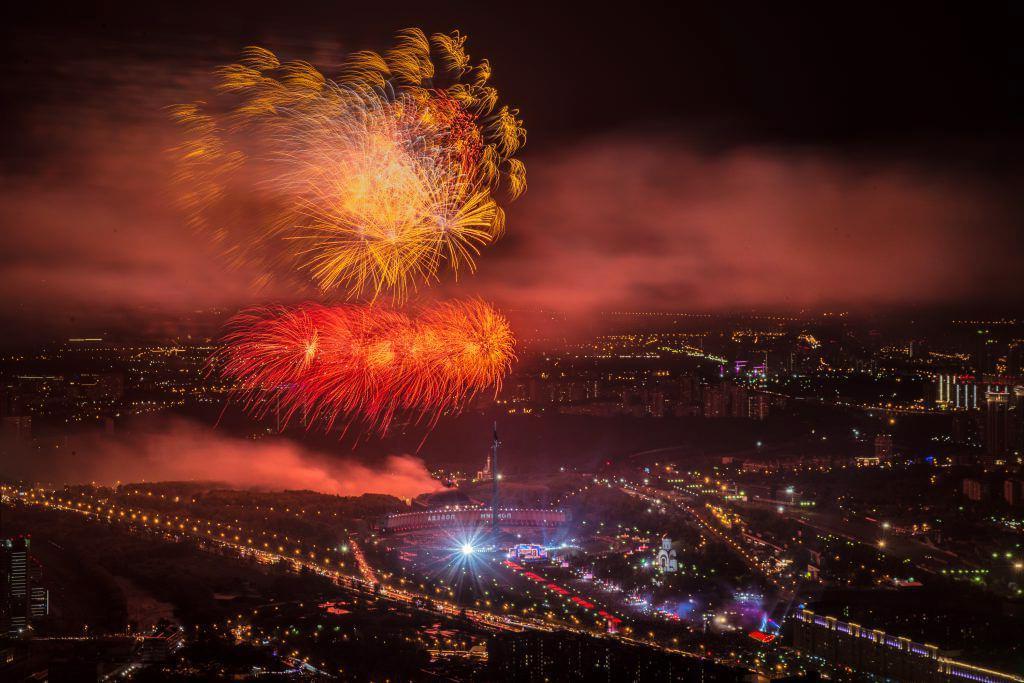 """Праздничный салют в Москве из кабины вертолета Robinson R44 в полете от компании """"Captour"""""""