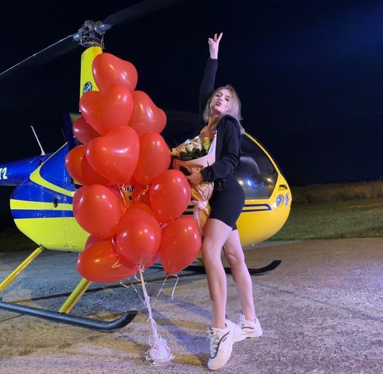 """Фото с цветами и воздушными шарами на фоне вертолета после вертолетной прогулки от компании """"Captour"""""""