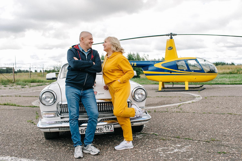 """Фотосессия на фоне вертолета после вертолетной прогулки от компании """"Captour"""""""
