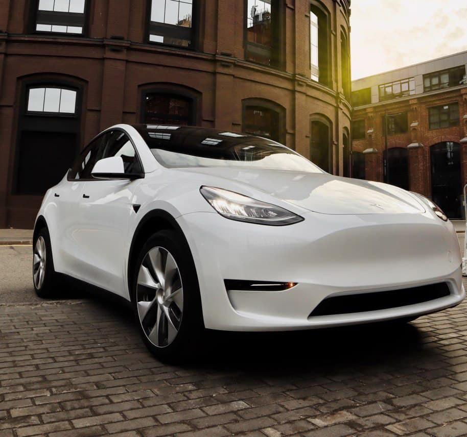 Белая Tesla Model Y на фотосессии
