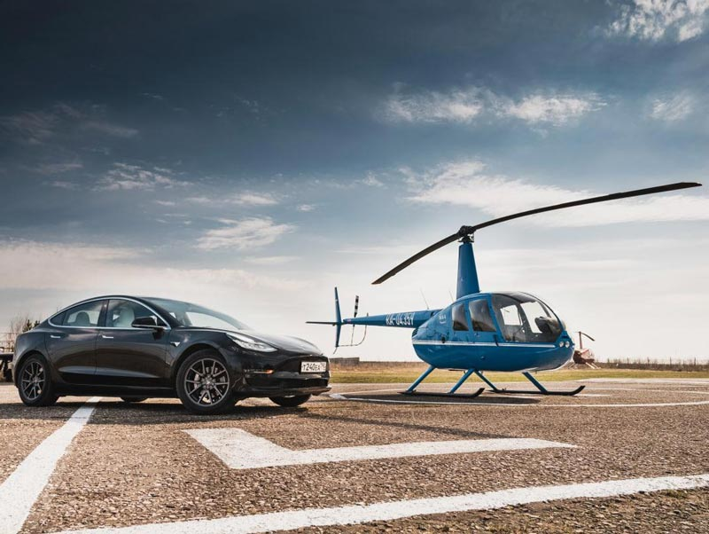 Черная Tesla 3 Performance c синим вертолётом