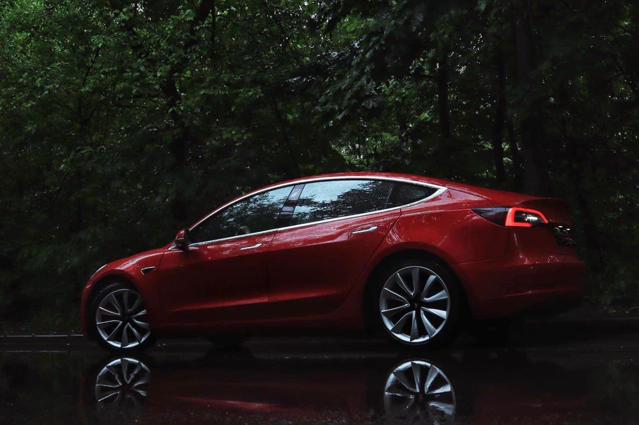 Красная Tesla 3