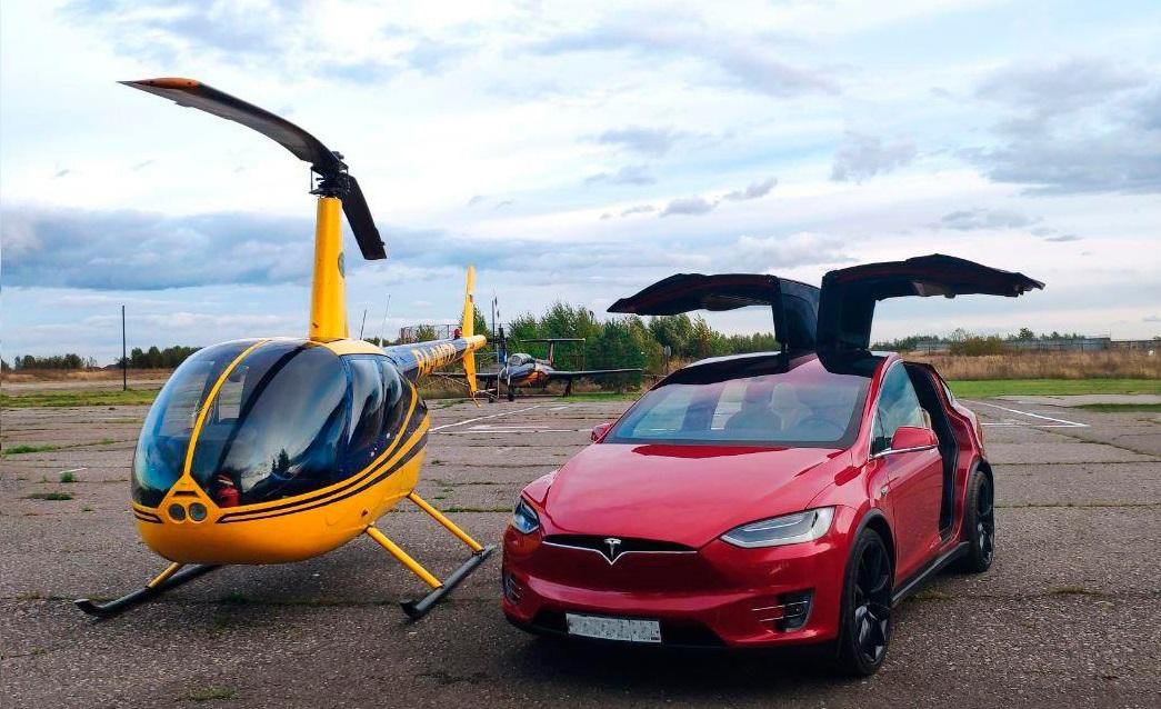 """Вертолет Robinson R44 и Tesla X после полета от компании """"Captour"""""""