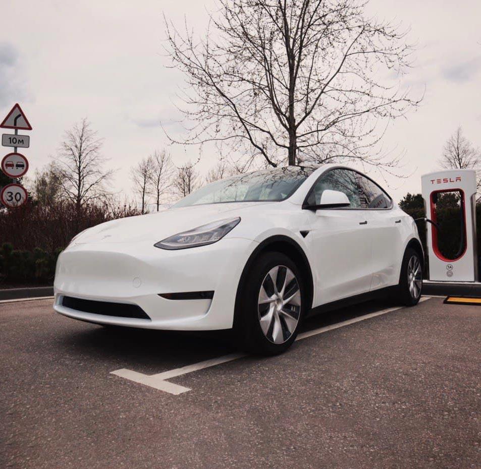 Tesla Y заряжается