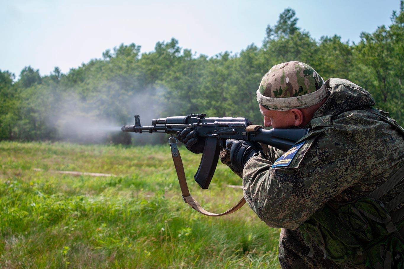 Фотография стрельбы из автомата Калашникова