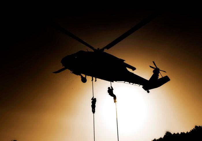 Фотография высадки солдат из вертолета
