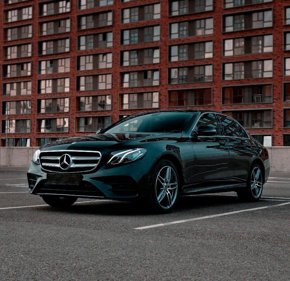 """Фотография Mercedes E-class снаружи для обзорной экскурсии по Москве от компании """"Captour"""""""