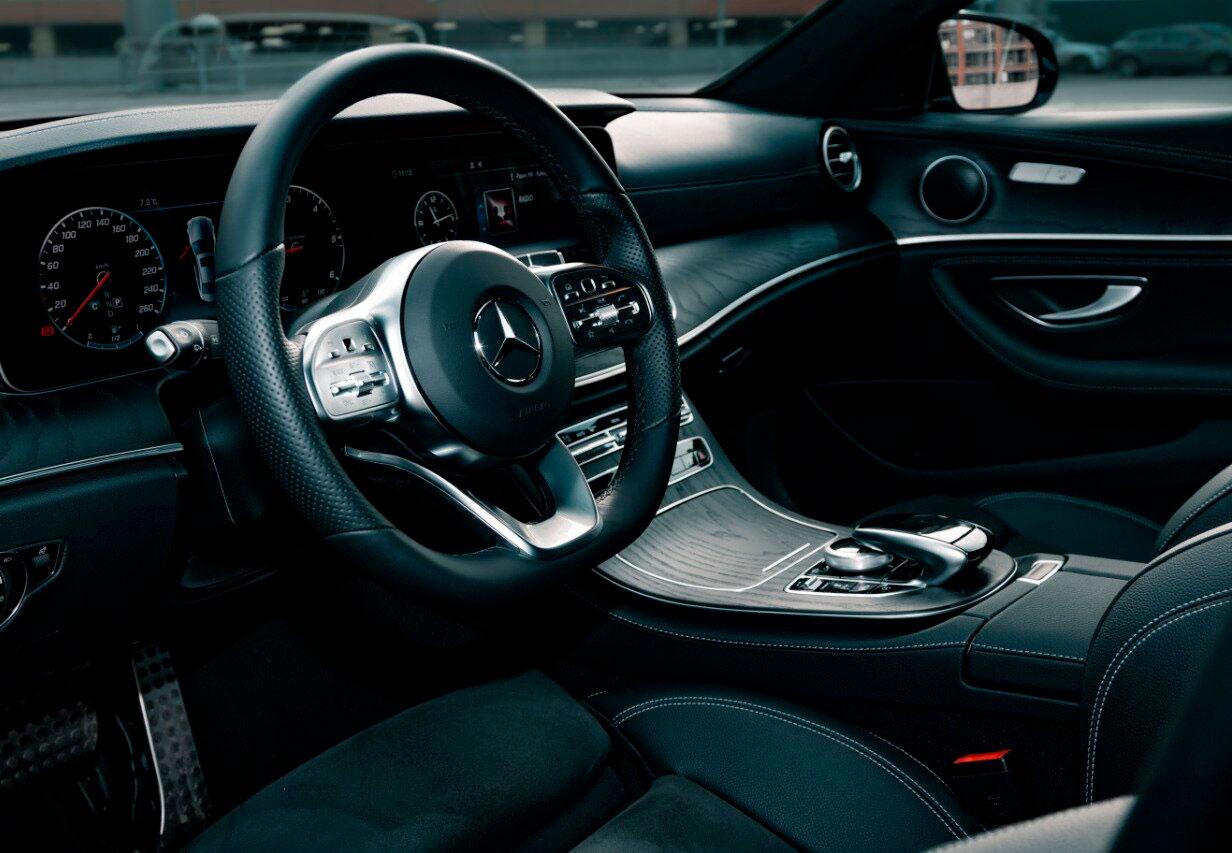 """Фотография Mercedes E-class внутри для обзорной экскурсии по Москве от компании """"Captour"""""""
