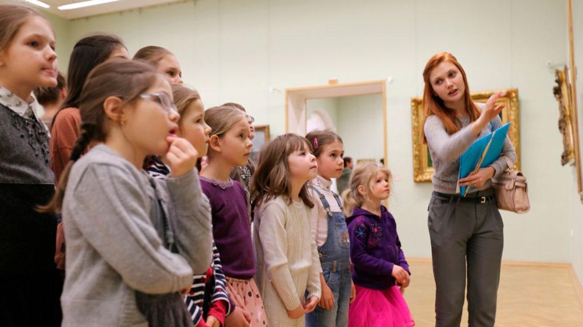 """Школьная группа на экскурсии в музее от компании """"Captour"""""""