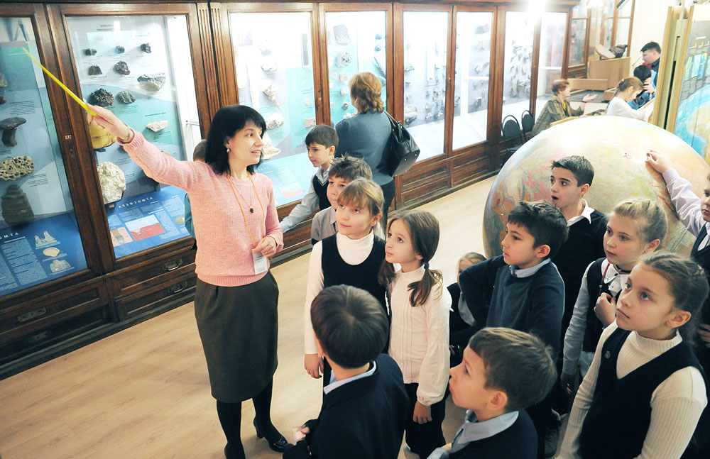 """Школьники на экскурсии в музее от компании """"Captour"""""""
